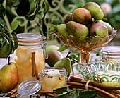 Frische und eingemachte Birnen mit Zimtstangen