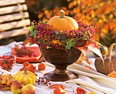 Herbstliches Gesteck mit Kürbis und Beeren