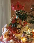Weihnachtliches Blumengesteck mit Amaryllis und Spitzblume