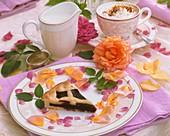 Ein Stück Brombeerkuchen auf sommerlich dekoriertem Tisch