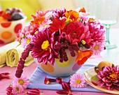 Bunter Blumenstrauss mit Dahlien und Fuchsschwanz