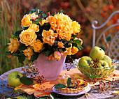 Ein Strauss gelbe Rosen, Hagebutten und Apfelquitten