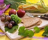 Weintrauben, Äpfel, Mais und Brot