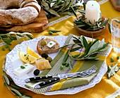 Mediterraner Vorspeisenteller mit Olivenzweigen dekoriert