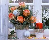 Weihnachtsstrauss mit Rosen, Zypresse und Heidelbeerkraut