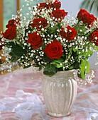 Festlicher Blumenstrauss von roten Rosen und Schleierkraut