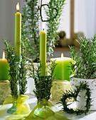 Kerzenständer mit Rosmarinzweigen und Herz aus Rosmarin