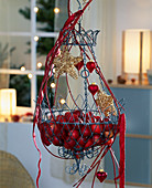 Adventlich geschmückter Drahtkorb mit Nikolausäpfeln