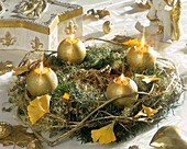 Goldener Adventskranz mit Gingkoblättern