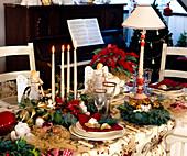 Weihnachtliche Tischdekoration mit Engeln und Kerzen
