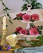 Etagere mit Rosenblüten
