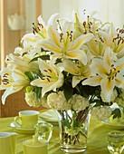 Blumenstrauss mit Lilien und Schneeball