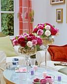 Historische Rosen in zwei Glasschalen
