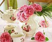 Romantische Teekanne mit rosafarbenden Rosen