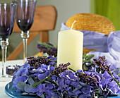 Hortensienkranz und Lavendelsträusschen mit Kerze