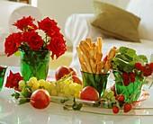 Tablett mit Weintrauben, Himbeeren, Erdbeeren, Käsestangen