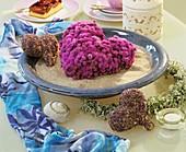 Herz aus Leberbalsam (Ageratum houstonianum) und Lavendel