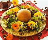 Kranz aus Ringelblumen, Hortensien, Ebereschen und Dill