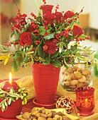 Adventsstrauss aus roten Rosen, Ilexbeeren & Olivenzweigen