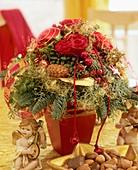 Rosenblüten mit Goldglitter, Buchs, Nobilistanne, etc.