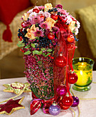 Gesteck aus Herbstchrysanthemen, Rosen, Äpfeln, Baumkugeln