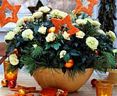 Gelbe Rosen in Schale mit Seidenkiefer und Sisalsterne