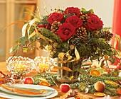 Strauss aus roten Rosen, Zapfen & Efeu auf Adventstisch