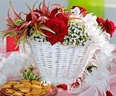 Weisser Korb mit roten Rosen, Amaryllis und Duftschneeball