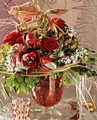 Silvesterstrauss mit Amaryllis, Hortensien und roten Rosen