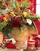 Weihnachtliches Gesteck mit Lichterkette