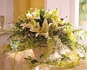 Festlicher Blumenstrauss mit Lilien