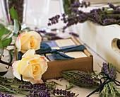 Lavendelblüten, Rosenblüten, Lavendel- und Rosenseifen