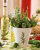 Sträusschen aus Rosmarinzweigen und grünen Tomaten