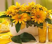Tischdekoration mit Sonnenauge und Zitronen