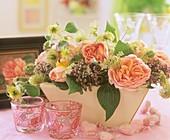 Jardiniere mit Rosen und Clematis-Fruchtständen