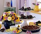 Pflaumenkuchen, Pflaumen in Etagere und Spätsommerstrauß