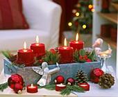 Adventsgesteck mit roten Kerzen