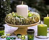 Kerzenring aus Apfelscheiben mit grünem Baumschmuck