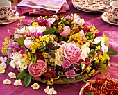 Sommerlicher Blumenkranz mit Pfingstrose, Labkraut, Malve und Feinstrahlaster