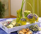 Hortensien, Frauenmantel, Goldleistengras auf einem Tablett