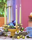 Kerzenhalter mit Arizonazypresse und Baumschmuck dekoriert