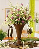 Eisenvase mit Wiesenblumen, Margeriten, Flockenblume & Gräser