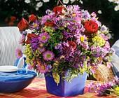 Strauss aus Herbstastern, Kornblumen und Rosen