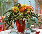 Strauss aus Nadelkissen, Eucalyptus, Rosen und Dillblüten
