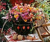 Strauss mit Herbstchrysanthemen, Astern und Lampionblumen