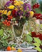 Strauss aus Herbstchrysanthemen, Herbstastern und Zieräpfeln