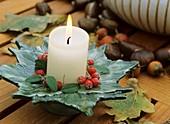 Kerzenhalter mit Cotoneasterbeeren dekoriert