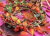 Kranz aus Efeu, Hagebutten und Lampionblumen