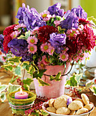 Spätsommerstrauss mit Eisenhut, Chrysanthemen, Astern