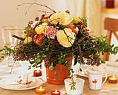 Herbststrauss mit Zierkohl, Granatäpfeln und Birkenkranz